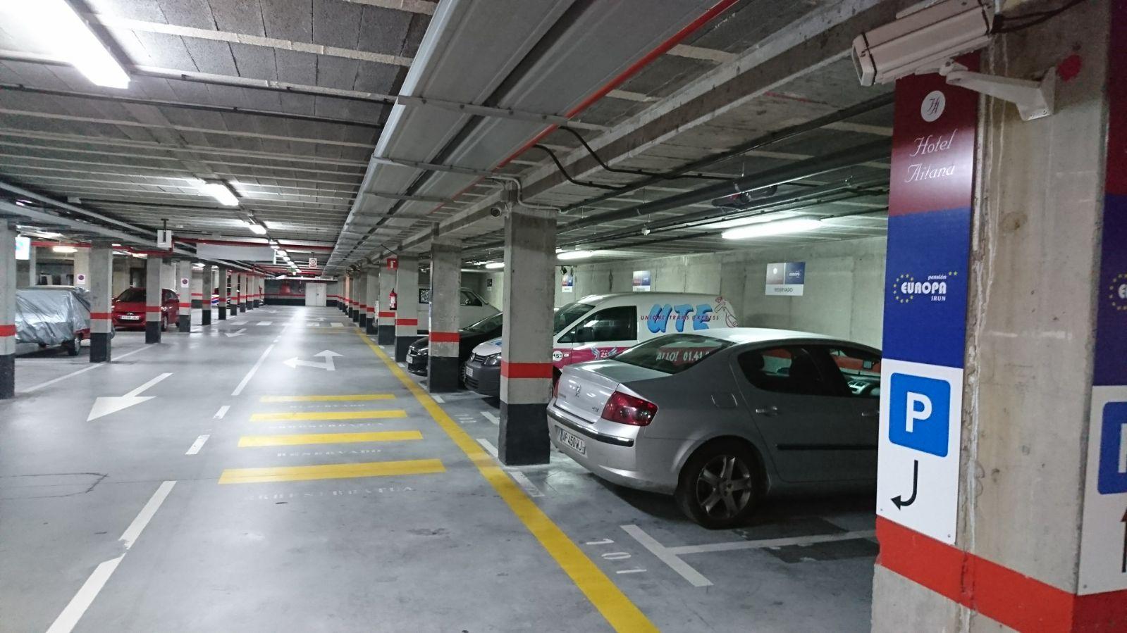 Servicios varios, entre otros, parking para clientes alojados y no alojados